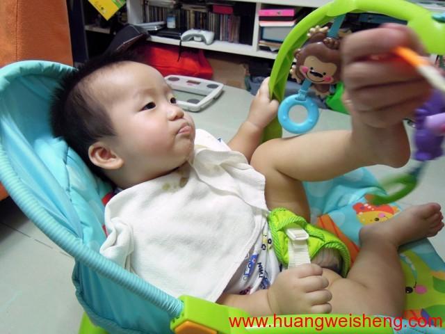 WeiSheng kicking for more food / 玮晟踢着要多点食物